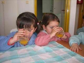 Bebiendo zumo
