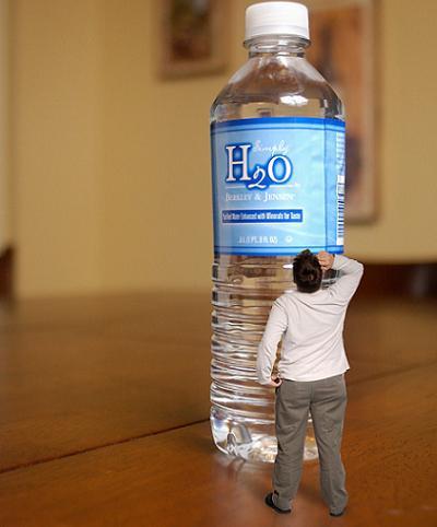 Debes hidratarte mucho con agua este verano