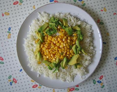 La ensalada de aguacate con arroz y pasas es muy sabrosa