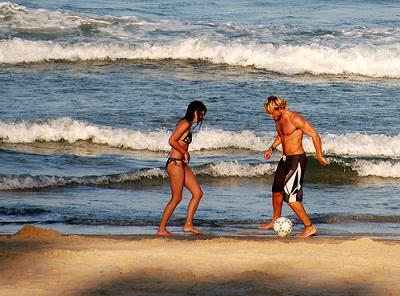 Jugar en la playa es hacer deporte; practica!
